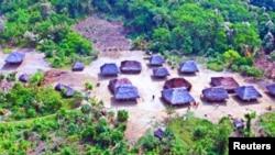 """Kawasan """"Kugapakori Nahua Nanti"""" di hutran tropis Amazon, Peru, di mana komunitas dengan sedikit kontak dengan dunia luar menyerukan UU yang lebih keras untuk mencegah berdirinya perusahaan minyak, penebangan dan pertambangan di hutan tersebut. (AIDESEP/Handout via REUTERS)."""