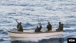 Para bajak laut yang beroperasi di lepas pantai Somalia.