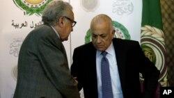 联合国和阿盟和平特使卜拉希米(左)2012年12月30日在埃及开罗阿盟总部举行联合记者之后同阿盟秘书长阿拉比(右)握手