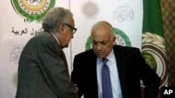 Uluslararası barış temsilcisi Lakhdar Brahimi Arap Birliği Genel Sekreteri Nebil el-Arabi ile el sıkışırken