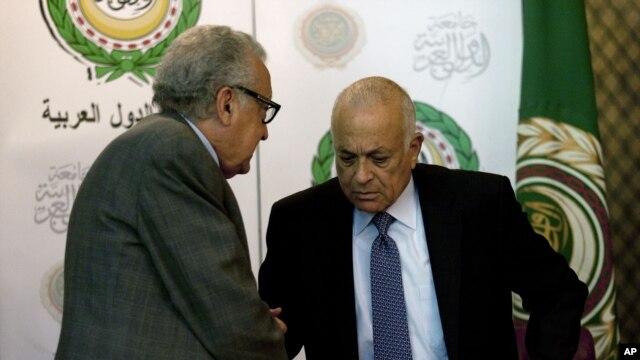 Đặc sứ Brahimi (trái) và Tổng thư ký Liên đoàn Ả Rập Nabil Elaraby bắt tay sau cuộc họp báo chung tại trụ sở của Liên đoàn Ả Rập tại Cairo, ngày 30/12/2012.