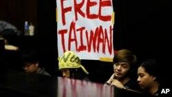 20일 타이완 국회에서 중국과의 서비스 협정 비준을 막기 위해 점거농성 중인 대학생들.