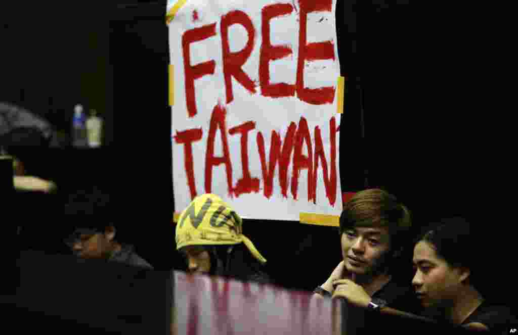 Students protesting against a China Taiwan trade pact occupy the legislative floor, in Taipei, Taiwan, March 20, 2014.