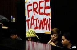 3月20日抗议服贸协议的台湾学生在立法院打出标语:自由台湾