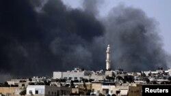 Khói bốc lên từ khu phố Salah al-Din trong trung tâm Aleppo, ngày 4/8/2012