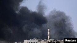 Khu Salah al-Din ở trung tâm Aleppo chìm trong lửa khói giao tranh giữa Quân đội Tự do Syria và binh sĩ chính phủ, ngày 4/8/2012.