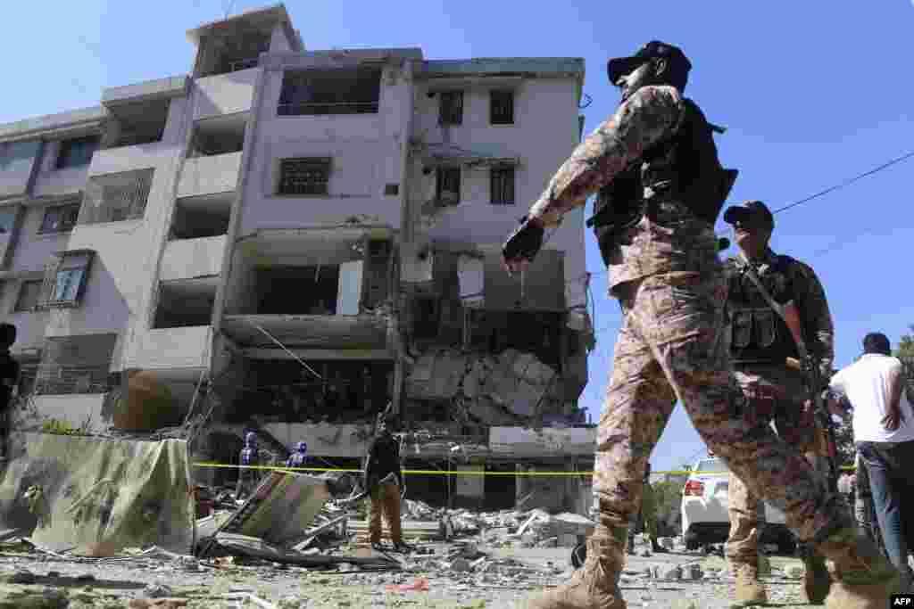 دھماکے کے بعد پولیس، رینجرز اور دیگر سیکیورٹی فورسز کے اہلکار موقع پر پہنچ گئے۔ جب کہ امدادی رضا کاروں نے بھی بر وقت پہنچ کر امدادی سرگرمیاں انجام دیں۔