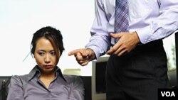 Pelecehan (bullying) oleh rekan sekerja di tempat kerja bisa terjadi dalam berbagai bentuk (foto: ilustrasi).