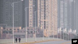 封城后的武汉市大马路上行人稀少