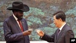 南蘇丹總統基爾與中國國家主席胡錦濤祝酒。