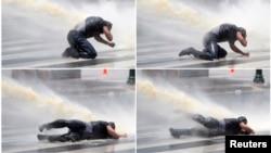 Este manifestante fue sometido con agua hasta quedar en el suelo. Sufrió varias lesiones.