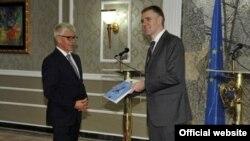 Ministar vanjskih poslova i evropskih integracija Igor Lukšić prima Izvještaj o napretku Crne Gore za 2015. godinu od šefa Delegaicje EU u Crnoj Gori Mitje Drobniča. Foto - Biro