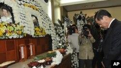 한국의 김황식 국무총리가 27일 북한의 연평도 포격도발로 사망한 민간인 희생자들의 빈소를 찾아 헌화, 분향하고 있다.