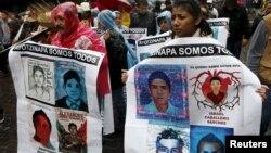 Para anggota keluarga dan kerabat 43 mahasiswa yang hilang melakukan unjuk rasa di Mexico City untuk memperingati setahun hilangnya mahasiswa tersebut pada 26 September lalu (foto: dok).