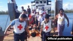 ေမလ ၂ ရက္ေန႔မွာ ျမန္မာႏိုင္ငံၾကက္ေျခနီအသင္း MRCS ႏွင့္ အျပည္ျပည္ဆိုင္ရာၾကက္ေျခနီေကာ္မတီ ICRC တို႔မွဝန္ထမ္းမ်ားက ျပင္းျပင္းထန္ထန္ဒဏ္ရာရရွိခဲ့တဲ့ ေက်ာက္တန္းေက်းရြာမွ လူနာ ၃ဦးကို ေစတီျပင္တိုုက္နယ္ေဆးရံု မွ စစ္ေတြအေထြေထြေရာဂါကုေဆး႐ုံႀကီးသို႔ ပို႔ေဆာင္ေပး (သတင္းဓါတ္ပံု- ICRC Myanmar)