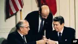 Gorbachev ve Reagan 1987'de orta menzilli nükleer silahların imhası anlaşmasını imzalarken