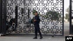 Un membre des forces de sécurité palestiniennes monte la garde au poste-frontière de Rafah avec l'Égypte, dans le sud de la bande de Gaza, le 26 septembre 2018.