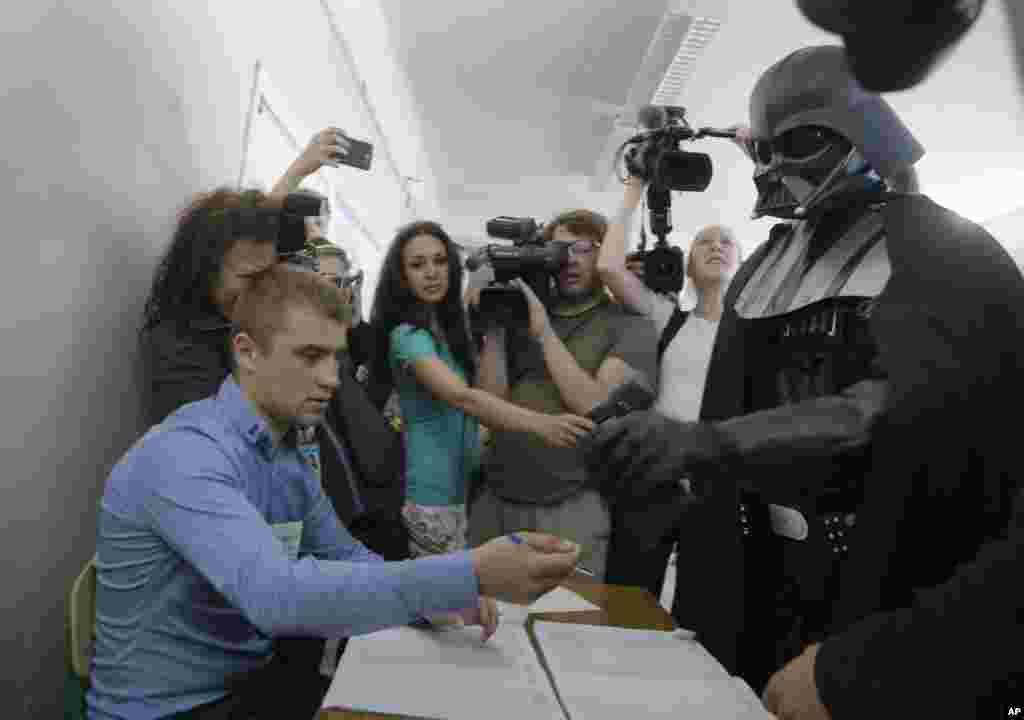 Кандидат від Інтернет партії України на виборчій дільниці у Києві.