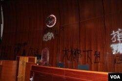 香港立法會主席台被噴塗的情況 (美國之音記者申華拍攝)