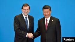 中国国家主席习近平在北京一带一路国际会议上与西班牙首相拉霍伊握手。(2017年5月15日)