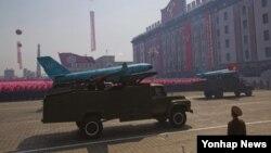 지난달 24일 파주에 이어 31일 백령도에서 정체 불명의 무인항공기가 발견된 가운데, 한국 당국은 이들 무인기가 북한에서 제작된 것이라고 결론 내렸다. 사진은 2012년 4월 김일성 100회 생일 기념 군 열병식에 공개된 무인공격기.