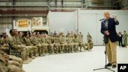 Bộ trưởng Quốc phòng Chuck Hagel nói chuyện với các quân nhân Hoa Kỳ tại Căn cứ Không quân Bagram, Afghanistan, ngày 1/6/2014.