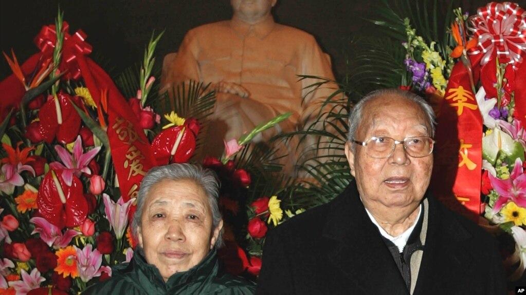 华国锋和夫人在毛主席纪念堂纪念毛泽东113岁生日(2006年12月26日)(photo:VOA)