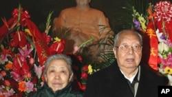 華國鋒和夫人在毛主席紀念堂紀念毛澤東113歲生日(2006年12月26日)