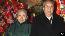 华国锋和夫人在毛主席纪念堂纪念毛泽东113岁生日(2006年12月26日)