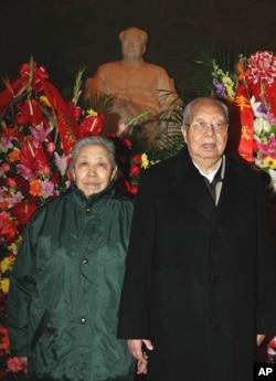 资料照片:华国锋和夫人在毛主席纪念堂纪念毛泽东113岁冥寿。(2006年12月26日)