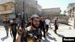 Halep'in bir mahallesinde devriye gezen Guraba el-şam tugayı üyeleri