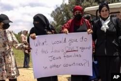 Aksi protes warga Arab Israel menjelang pemungutan suara oleh parlemen Israel tentang pembaruan undang-undang yang melarang warga negara Arab Israel untuk memperpanjang kewarganegaraan atau bahkan tempat tinggal kepada pasangan dari Tepi Barat dan Gaza yang diduduki, di luar wilayah Israel, 5 Juli 2021. (AP Foto/Tsafrir Abayov)
