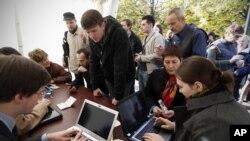 Para pendukung kelompok oposisi Rusia mendaftarkan diri untuk mengikuti pemilu dewan pimpinan oposisi secara online (22/10).