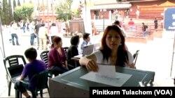 (File)ผู้มีสิทธิเลือกตั้งชาวไทยในนครลอส แองเจลิสลงคะแนนในการเลือกตั้งฯนอกราชอาณาจักรเมื่อปี พ.ศ. 2554