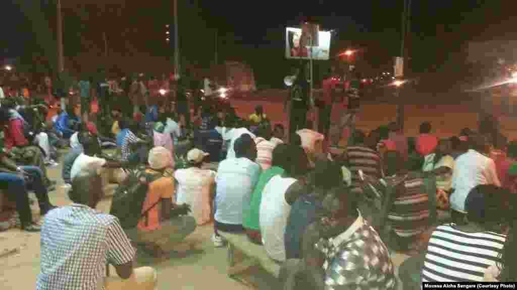 Des jeunes ont passé la nuit au rond-point des Nations-Unies, Ouagadougou