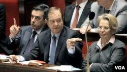 PM Perancis Francois Fillon (tengah) dengan mitranya Menlu Michele Alliot-Marie (kanan), memberi penjelasan di Parlemen (Kamis, 10/2) mengenai hadiah yang mereka terima dari penguasa-penguasa asing.