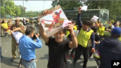 流亡藏人当地时间星期五(3月10号)在印度首都新德里的中国使馆外举行抗议活动。(视频截图)