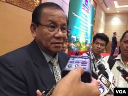 Sou Sovuth, under secretary of state at the Ministry of Environment, told reporters about the draft on principles of the Mekong environmental impact assessment in a hotel, in Phnom Penh, on October 28, 2016. (Hul Reaksmey/VOA Khmer)