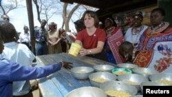 Catherine Bertini, Direktur Eksekutif Program Bantuan Pangan PBB (WFP), membagikan makan siang bagi murid-murid sekolah dasar di SD Elang'ata Ewuasa di distrik Kajiado, Kenya (Foto: dok).