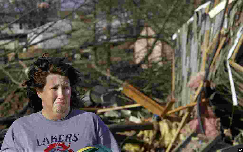 Amanda Patrick, 31, reacts while talking about neighbors who died during the tornado that ripped through Harrisburg, Illinois, February 29, 2012. (AP)
