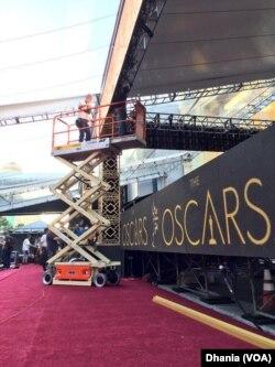 Para petugas sibuk bekerja di lokasi karpet merah Oscars 2016 (dok: VOA/Dhania)