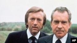 Ông David Frost, nhà báo truyền hình nổi tiếng của Anh và cựu Tổng thống Mỹ Richard M. Nixon (phải) tại California (hình năm 1977)