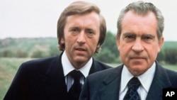 Frost (al fondo) alcanzó la fama por su entrevista al expresidente de Estados Unidos, Richard Nixon (primer plano), en 1977.