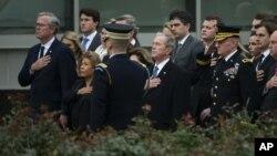 Jeb Bush, de izquierda a derecha, su esposa Columba Bush, el ex presidente George W. Bush y su esposa Laura Bush, en College Station, Texas (Smiley N. Pool / The Dallas Morning News a través de AP)