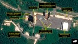 衛星圖像顯示北韓開始拆除一個安裝在軌道上的發射火箭組裝設施。