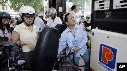Việc ký 'hớ' này sẽ khiến cho giá xăng dầu nhập từ Hàn Quốc và các nước ASEAN tham gia AKFTA sẽ rẻ hơn giá xăng dầu sản xuất tại Việt Nam.