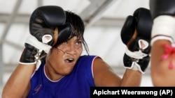 Kompetisi tinju wanita di penjara Pathumthani di provinsi Pathumthani, Thailand tengah, Jumat, 23 Juli 2004 (Foto: AP/Apichart Weerawong)