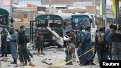 30일 아프가니스탄 수도 카불에서 보안요원들이 탈레반 자살 폭탄 테러 현장을 조사하고 있다. 탈레반이 경찰 버스를 공격해 30여명이 숨졌다.