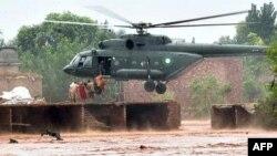 Máy bay trực thăng quân sự được điều động để di tản dân chúng đồng thời thả phẩm vật cứu trợ xuống các vùng bị ảnh hưởng