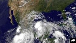 飓风英格丽从墨西哥湾逼近东部海岸,热带风暴曼努埃尔离西部海岸不远。